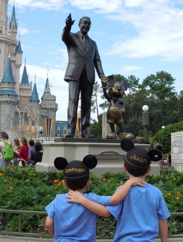 When the magic of visiting Disney World first made sense (Cute pic idea for our next trip)