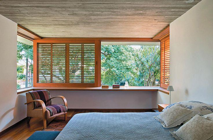 No quarto do casal, projetado pelo arquiteto Mauro Munhoz, as janelas venezianas formam um U.