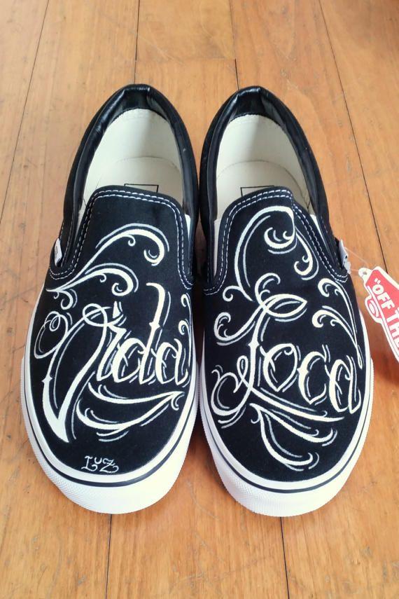 Vans Slip On dipinte a mano in stile tattoo traditional - chicano lettering Vida Loca by LaLuzDesign #italiasmartteam #etsy