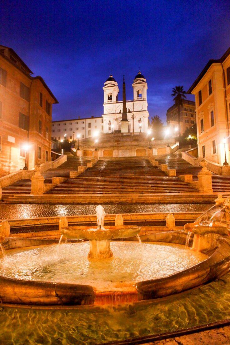 スペイン広場にある「スペイン階段」は、夜のライトアップも非常に美しいです。