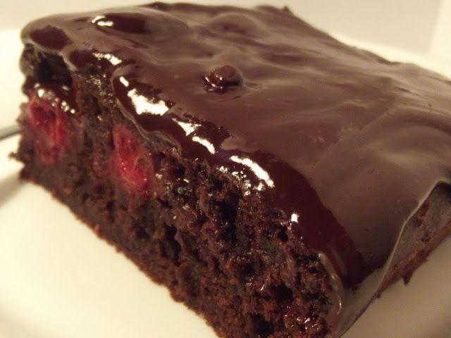 Kulinarna pasja: Wilgotne ciasto czekoladowe z wiśniami i czekolado...