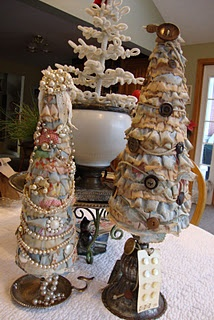 Rag trees...with some buttons & bling!Holiday Ideas, Crafts Ideas, Christmas Crafts, Vintage Christmas, Crafts Projects, Holiday Crafts, Diy Crafty, Christmas Trees, Rag Trees