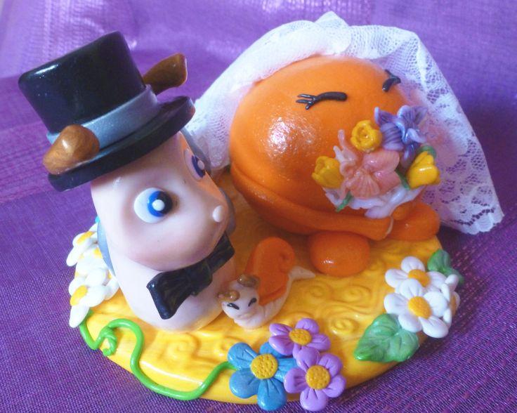 Novios de tarta para boda, especiales, caracol y mandarina china, por los apodos del novios y de la novia.   http://alfileres.jimdo.com/
