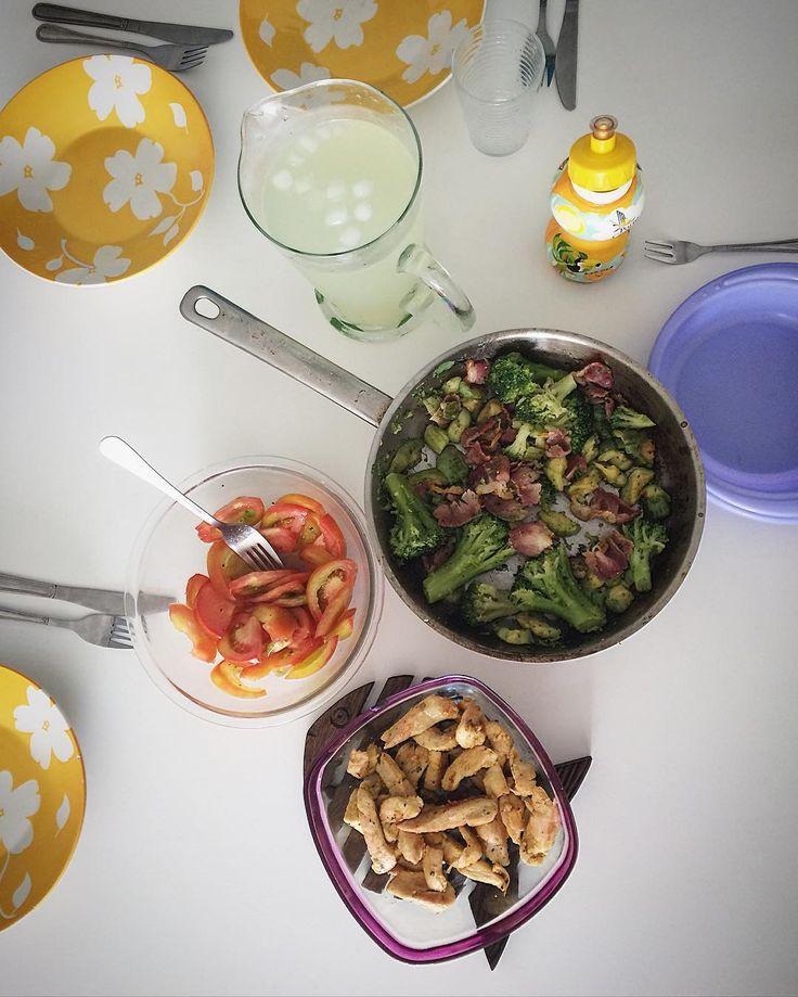 Esse foi o almocinho gostoso da família hoje: - Tirinhas de frango frito; - Brócolis e abobrinha na manteiga e bacon; - Salada de tomate; - Limonada. #PorUmaVidaMaisSaudavel #lowcarb #saude #saudavel #food #foodporn #eat #family #familia #amazing #bestoftheday #picoftheday #delish #depaiprafilha