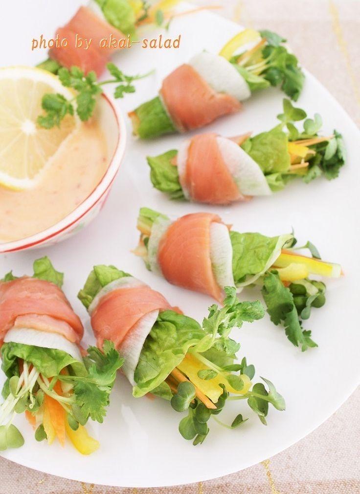 スモークサーモンと蕪のエスニックなブーケサラダ by 長岡美津恵akai-salad / 彩り野菜をスモークサーモンと蕪でクルリと巻いたブーケサラダです。甘くまろやかなチリマヨを添えていただきましょう。 / Nadia