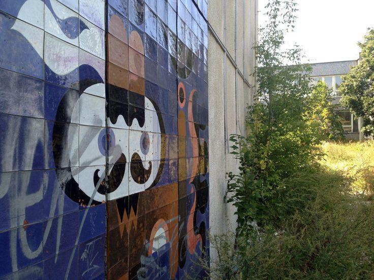 Fúzatý pajác na fasáde chátrajúcej budovy bývalej ZŠ Plickova http://www.odkazprestarostu.sk/bratislava/podnety/4897/zds-plickova