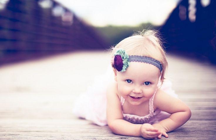 Η κόρη μας είχε ήδη χρονίσει όταν αποφασίσαμε να τη βαπτίσουμε. Ήταν πια αναγκαίο. Είχαμε εξαντλήσει τα χαϊδευτικά ονόματα ( 'καρδιά μου', ' γαλανομάτα μάγισσα', 'διάβολε', 'Ταλιμπάν') και, επίσης, το παιδί αρνιόταν να απαντήσει στο πολύ βολικό «Ψιτ!». Επιπλέον η γιαγιά γκρίνιαζε: «Θα πεθάνω και δε θα ακούσω το όνομά μου…». Ξεκινήσαμε, αθώοι και άδολοι, να κλείσουμε ημερομηνία για Εκκλησία. Θέλαμε να βαπτίσουμε το παιδί σε ένα χώρο με «μυστηριακούς κραδασμούς», με «ιδιαίτερη» ενέργεια…
