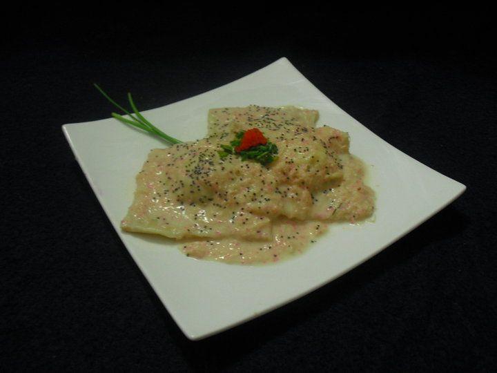 Crab, salmon and cream ravioli/ Raviolis de cangrejo, salmón y crema