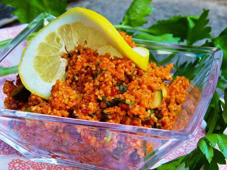 Türkischer Bulgursalat geht schnell und einfach! Ein leckeres Gericht, wie er auch traditionell in der Türkei zubereitet wird. Rezept auf HealthyOnGreen.