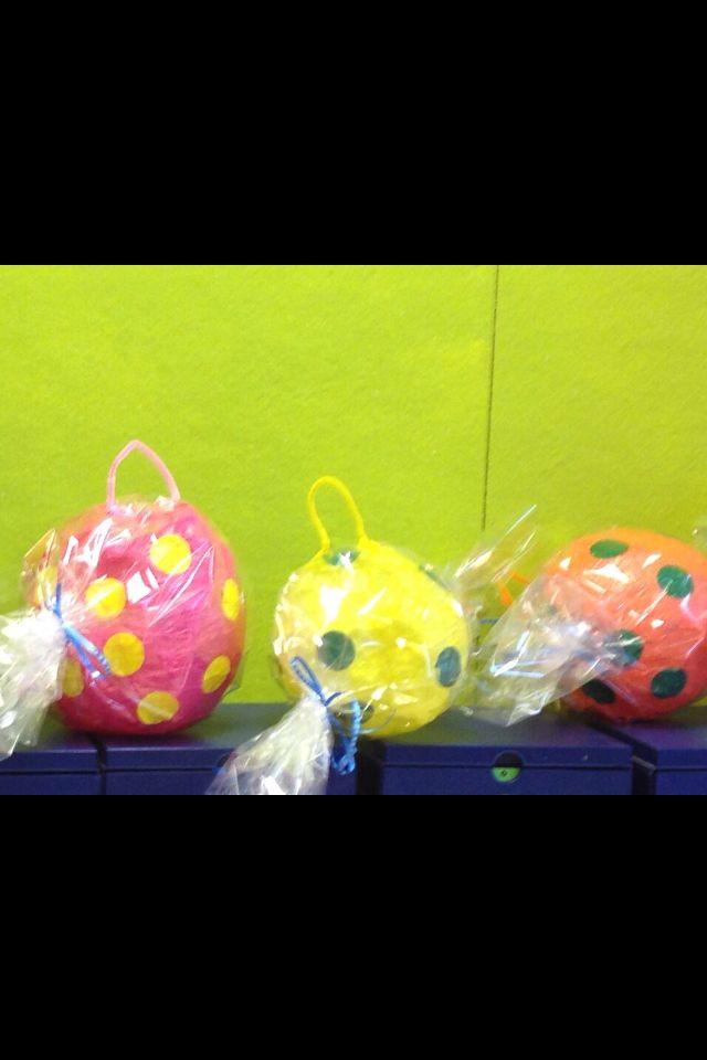 Ballonnen met zijdevloei of vliegerpapier beplakken. Plakcirkels erop plakken. Transparante folie erom en als zuurtje samenbinden. Tot slot een gat in de bovenkant knippen en lus van ijzerdraad er aan vastmaken.