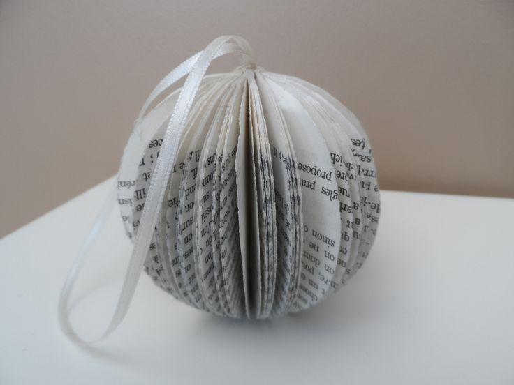 Libri e natale | books and christmas   Boule de Noël écologique en livre recyclé avecun fil de satin pour la suspendre : Accessoires de maison par au-detour-des-pages