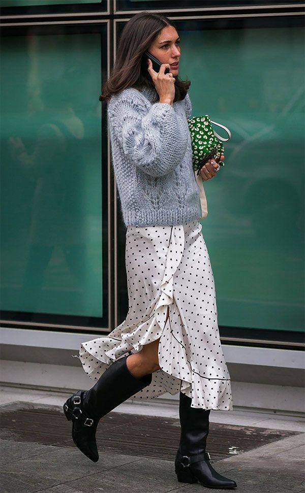 Street style look com saia pareô midi, sueter e botas