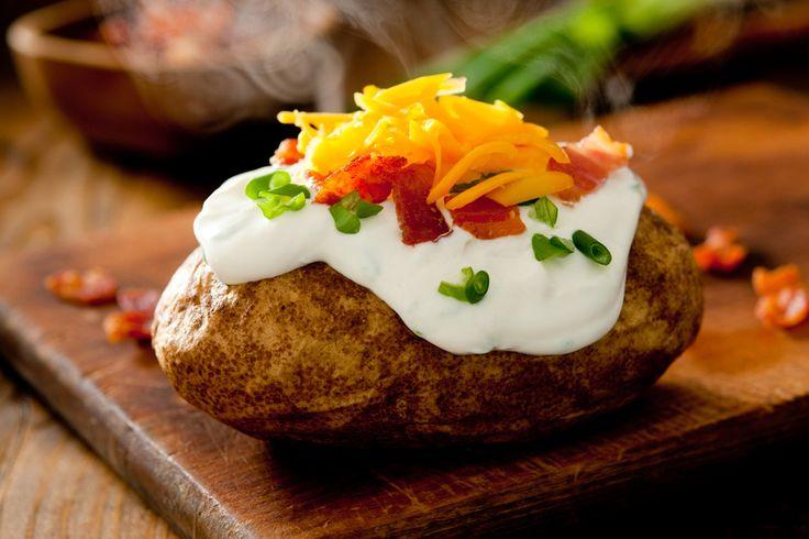 Héjában sült, sajttal és tejföllel töltött krumpli - Így sül meg jó hamar