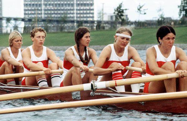 Gail Cort, Susan Antoft, Wendy Pullan, Ina DeLure et Nancy Higgins du Canada participent à l'épreuve du huit d'aviron avec barreuse aux Jeux olympiques de Montréal de 1976. (Photo PC/AOC)