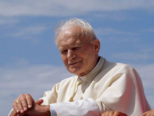"""Le 13 mai 1981 le Pape Jean-Paul II tombe sous les balles place St Pierre. Il aurait du mourir mais comme il le dira plus tard : """" une main a tiré, une autre a guidé la balle """"!"""