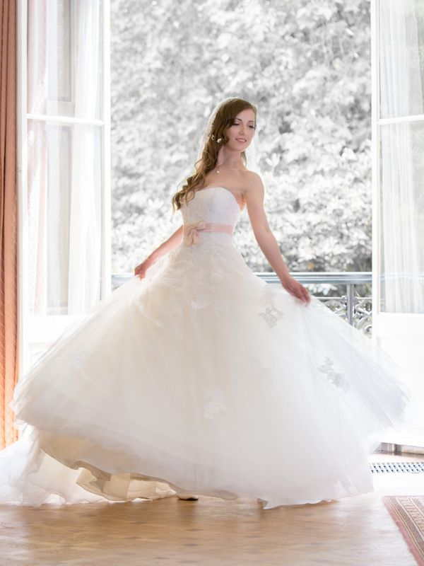 Pear Shape You are narrow on top with a full figure below. With this shape, the goal should be to find a dress that brings balance to the top half and bottom half. Your Best Wedding Dress Fit - Silhouette: A-line, Ball Gown - Neckline: Strapless, V-Neck