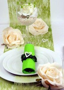 Tischdeko mit grünem Dekovlies und grossen Rosen in creme