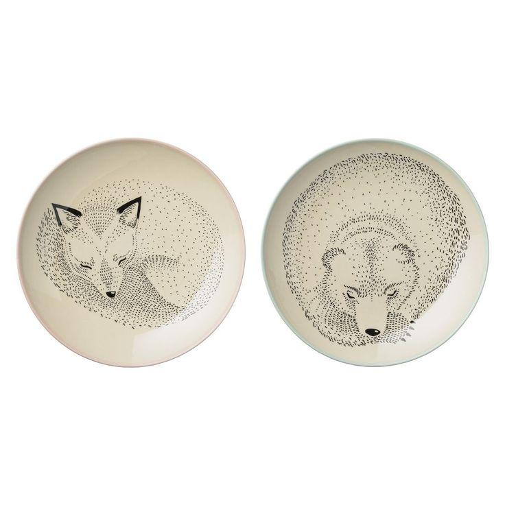 Béžový keramický talířek s kresbou spících zvířátek k dostání na eshopech Bella Rose a Nordic Day.