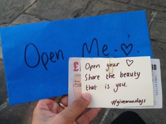 Come cominciare la settimana in modo decente. #givemondays    http://www.ziguline.com/give-mondays-il-lunedi-ha-loro-in-bocca/
