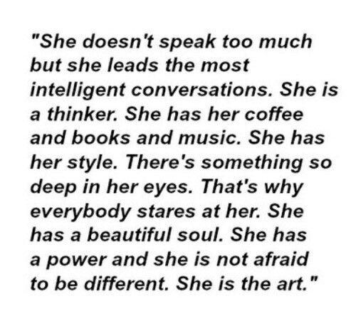 """Em tradução livre: """"Ela não fala muito, mas lidera os papos mais inteligentes. Ela é uma pensadora. Ela tem o café dela, livros dela, a música dela. Ela tem um estilo próprio, só dela. Existe alguma coisa de muito profunda nos olhos dela. Por isso que todo mundo a encara. Ela tem uma alma linda. Ela tem poder e não tem medo de ser diferente. Ela é uma arte""""."""