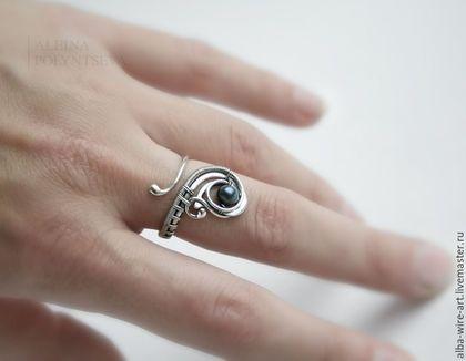 Купить или заказать Серебряное кольцо 'Леля' с черным речным жемчугом в интернет-магазине на Ярмарке Мастеров. Нежное и изящное серебряное колечко с регулируемым размером, украшено черной речной жемчужинкой. Украшение патинировано и отполировано.…