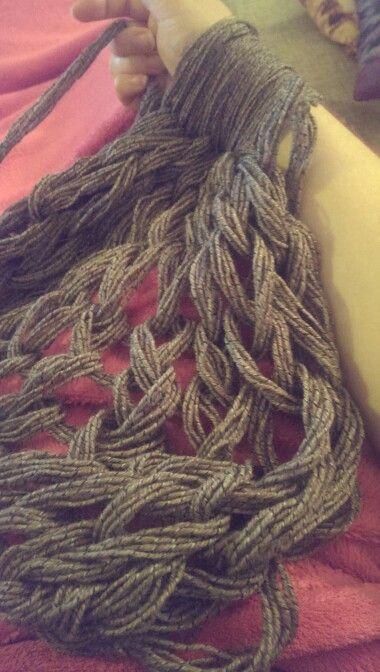 Prøver det der armstrik af :). #armstrik #søndagshygge #arm knitting