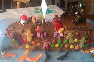 Langpanne sjokoladekake skåret til i tre etasjer og pyntet med sjokoladekrem + div.   Kaptein Sabeltann-kake