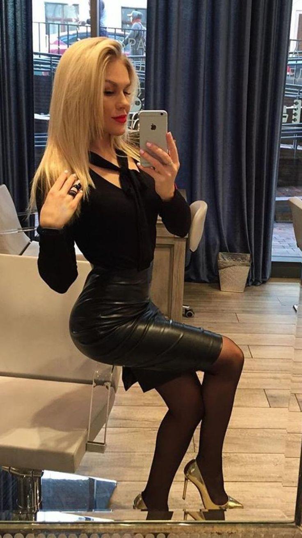 Gorąca blondynka strzela seksi selfie w lustrze