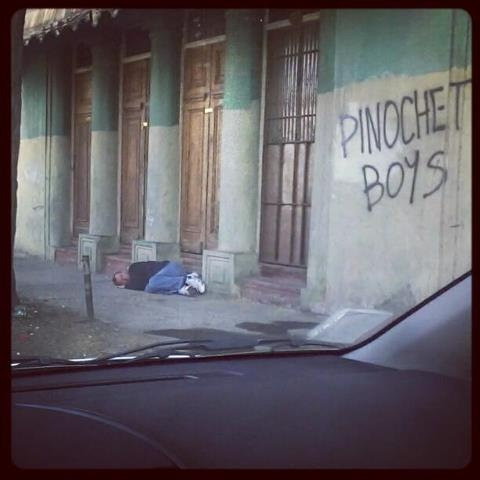 A drunk man sleeping on the street, look at those brand new tennis shoes. // Dormir en plena calle luego de la borrachera matinal.