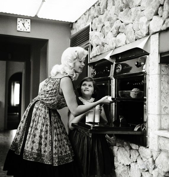 Vintagegal jayne mansfield with daughter jayne marie c for How old was jayne mansfield when she died
