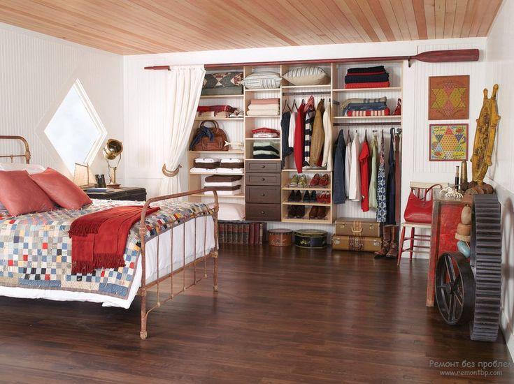 Карниз с занавеской, отгораживающий зону гардеробной