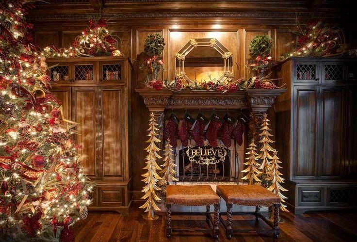 Amerikanische Weihnachtsdeko - typischer Weihnachtsbaum im Wohnzimmer