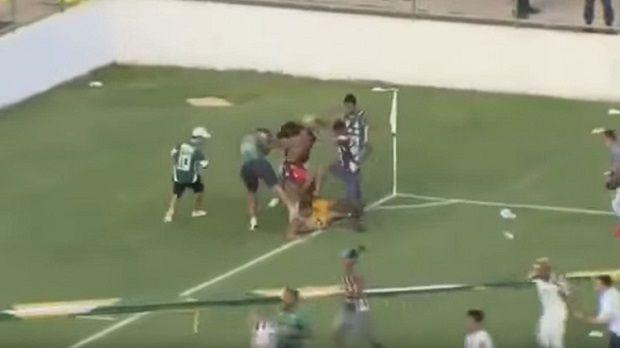 (VIDEO) Les pegan a todos menos al árbitro: Batalla campal en el fútbol brasileño - http://www.esnoticiaveracruz.com/video-les-pegan-a-todos-menos-al-arbitro-batalla-campal-en-el-futbol-brasileno/
