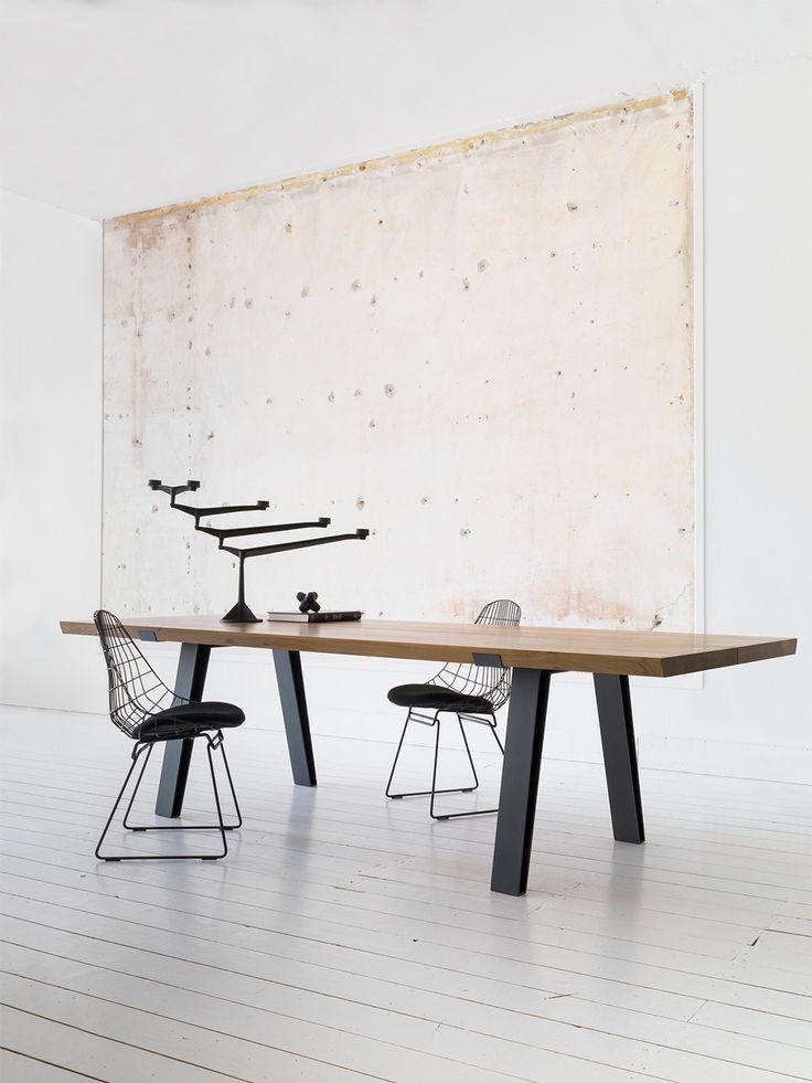Side-to-Side - Eetkamertafels- Met onze bijzondere Side-to-Side tafel brengt u design én functionaliteit in uw interieur. Het tafelblad van deze robuuste en toch verfijnde tafel is gemaakt van massief Frans eikenhout en bestaat uit twee delen. Dit maakt het ontwerp spannender en functioneler. Bij het ontwerp van het stalen