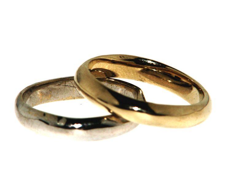 Fedi irregolari modellate a mano,quindi sempre uniche, in oro giallo/bianco/rosso. Irregular Wedding rings molded by hand, and always unique in yellow / white / red gold art. Fe047, prezzo medio € 900 la coppia