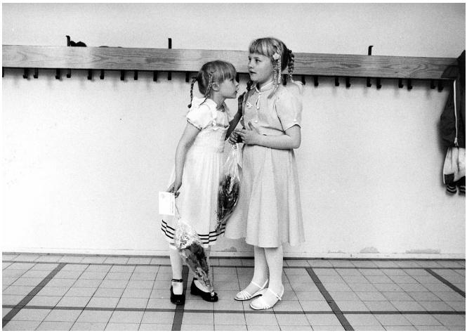 Tytöt parhaimmissaan koulun kevätjuhlassa 1980. Kuva: Vesa Oja / HS