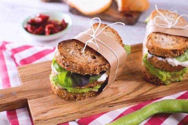 Il sandwich di fave e formaggio è uno snack perfetto per i pic-nic fuori porta: fette di pane ai cereali farcite con fave fresche e altri ingredienti!