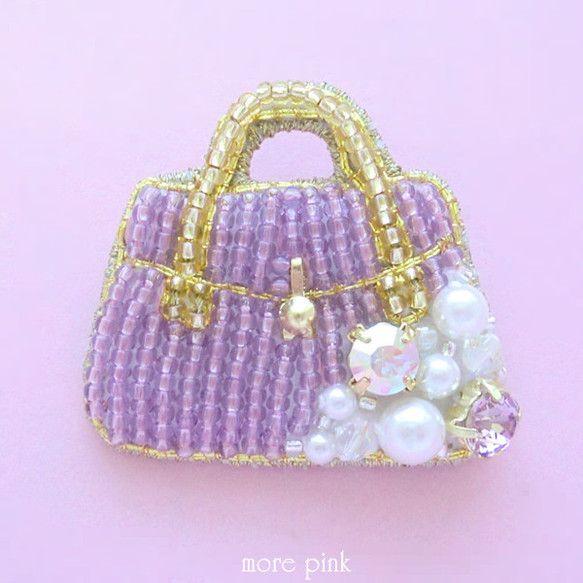 ビーズ刺繍のビジューバッグブローチです*女の子が持ちたくなるような可愛いバッグをイメージして作りました。薄い紫色のバッグモチーフにダイヤモンドカットストーンと... ハンドメイド、手作り、手仕事品の通販・販売・購入ならCreema。