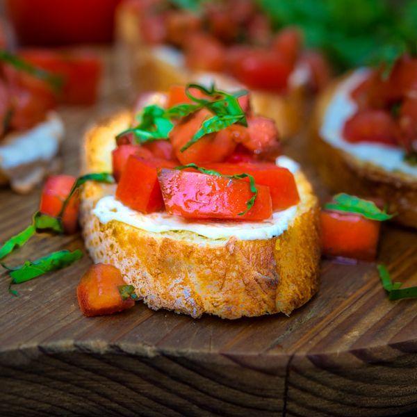 """Брускетта с моцареллой и помидорами https://foodmag.me/brusketta-s-motstsarelloj-i-pomidorami  Время приготовления: 15 мин. Сложность приготовления: Очень просто Количество порций: 8 Количество ингредиентов: 8  Ингредиенты: базилик – небольшой пучок. масло оливковое """"экстра вирджин"""" – 50 мл. несколько ломтиков белого хлеба – 8 толстых ломтей,. помидоры средние – 2 шт.. соль – по вкусу. сыр моцарелла – 150 г. черный перец молотый – по вкусу. чеснок – 2 зубчика.  Этапы приготовления: Помидоры…"""