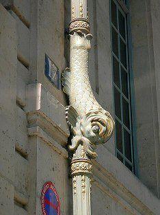 quai d'Anjou - Paris 4e ... L'hôtel de Lauzun avec ses conduites d'eau dorées en forme de gueules de dauphin.