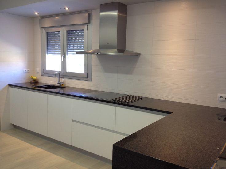 Cocina blanca con texturada con tirador gola encimera de granito negro campa a decorativa - Cocina con campana decorativa ...