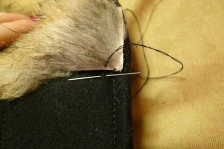 3. Пришиваем нашу опушку к капюшону: первый стежок идет параллельно опушке и захватывает кусочек ткани капюшона. Второй стежок снизу вверх захватывает край кожи опушки. Шов чередуется стежками 1 и 2.