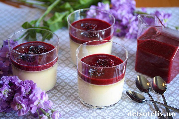 """Panna cotta er en super dessert som er likt av de fleste! Vaniljepuddingen kan toppes med ulike frukter, bær og sauser og du finner allerede mange varianter her på Det søte liv. Denne gangen lagde jeg en nydelig bjørnebærcoulis (""""coulis"""" er bare et fjongt navn på ulike typer hjemmelaget bærsaus).Det går fint å brukefrosne bjørnebær som fås kjøpt hele året. Hvis du vil, kan du bruke akkurat samme oppskrift med bringebær.Se også eget innlegg med Panna cotta med jordbærcoulis."""