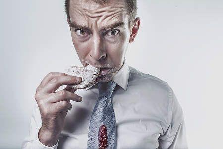 """Sie hungern, essen kaum etwas über den Tag verteilt und trotzdem nehmen Sie kein Gramm ab? Kein Wunder, denn der Körper schaltet auf """"Notfallplan"""".    #Diät #Gesund abnehmen #Idealgewicht #Körpergewicht #Tipps zum Abnehmen"""