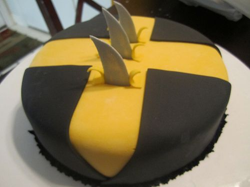 same thing with the yellow and the black and how it is sliced (see other pictures on slicing look). but on my cake on the side of the cake instead of on top