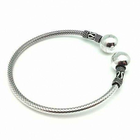 Bonita pulsera de plata, adornada con dos bolas en la punta y adornos con terminación en plata vieja.