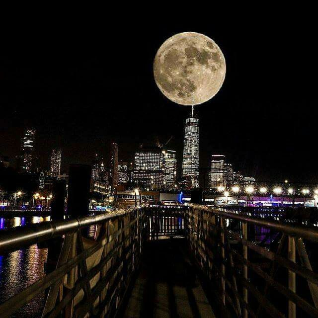 How stunning is the supermoon over One World Trade Center