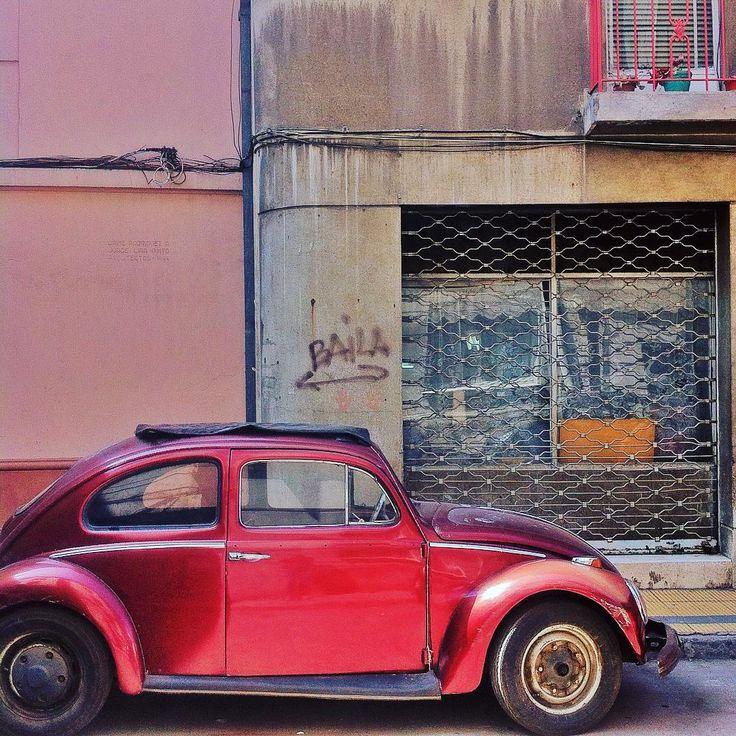 Santiago de chile vintage car by la ciudad al instante❤️ #laciudadalinstante #santiago #chile #instagram #instachile_ #instastgo #icu_chile #vw #volkswagen #soloparking #vintage #vintagecar