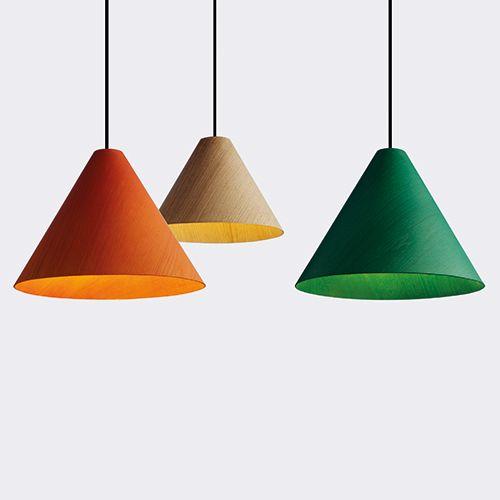 Degree fra HAY er unikke og anderledes loftlamper. Fås i natur, orange eller grøn. Passer godt til at skabe liv i mødelokalet. Se flere lamper til kontoret. www.moffice.dk