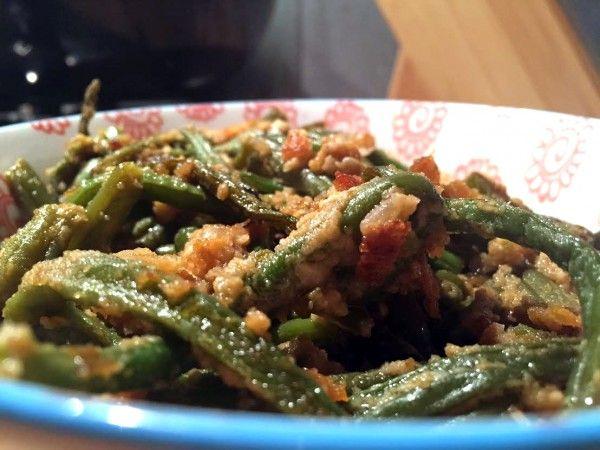Een typisch Indonesisch recept; sajoer boontjes. Sajoer is eennat groente gerecht. Je kookt de boontjes dan ook met ui en verschillende kruiden in totdat al het vocht is ingekookt. Daardoor krijgen de boontjes een heerlijke 'glaze' van het zelfgemaakte boemboe achtige mengsel. Sajoer boontjes zijn heerlijk bij Indonesische gerechten! Het is echt ontzettend makkelijk om …